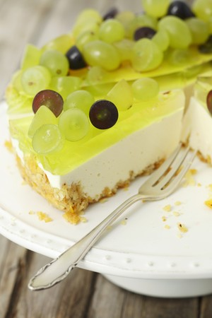 torte: Yoghurt torte with jelly and grapes (close-up) LANG_EVOIMAGES