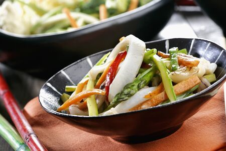 calamares: Wok vegetables with squid *** Local Caption *** Wok de verduras con calamares