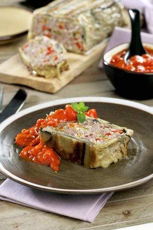 albondigas: Pastel de carne envuelto en berenjena, con salsa de tomate