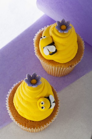 buttercream: Vanilla cupcakes with lemon buttercream and bees made from fondant icing LANG_EVOIMAGES