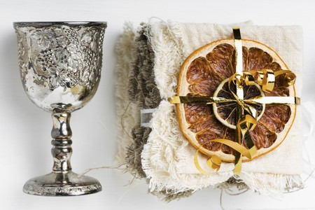 chalices: Dried fruits and a silver goblet as Christmas decorations