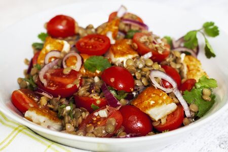 haloumi: Lentil salad with tomatoes, onions and haloumi