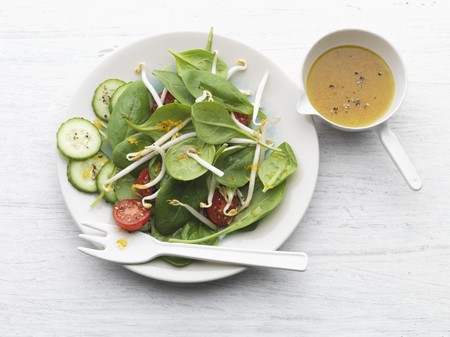 well made: Spinach salad with bean sprouts, tomatoes and cucumber