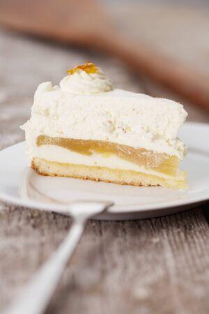 cream on cake: Una rebanada de manzana pastel de crema
