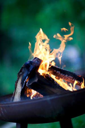 qs: Burning barbecue coals LANG_EVOIMAGES