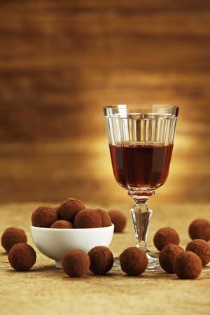trufas de chocolate: Trufas de chocolate y un vaso de vino de Oporto