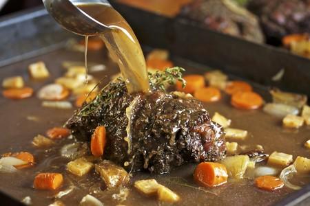 root vegetables: Arrosto di cervo con ortaggi a radice in una padella