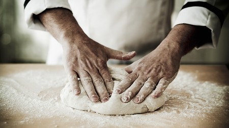 the dough: Una masa de pizza cocinero amasando