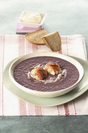 red cabbage: Red cabbage soup with bread