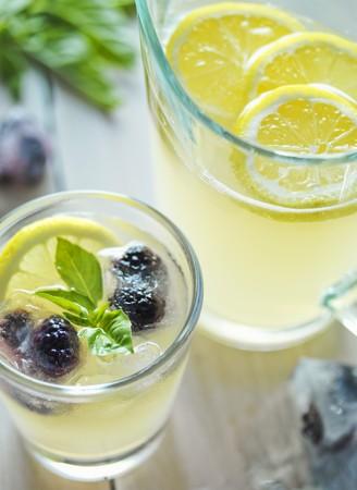 brambleberry: Vaso de limonada con Blackberries y albahaca; Jarra de limonada