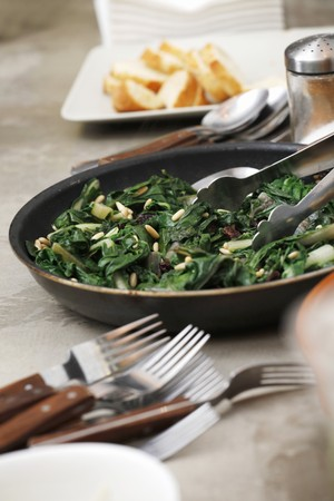 pine kernels: Cooked spinach with raisins and pine nuts LANG_EVOIMAGES