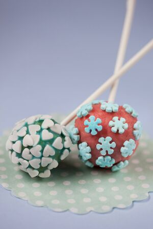 childs birthday party: Cake pops with sugar flowers and hearts LANG_EVOIMAGES