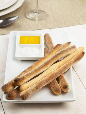gressins: grissini faits maison (des b�tons italiens) avec de l'huile d'olive et le sel de la mer