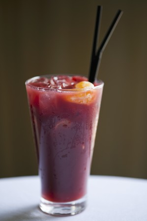 berry smoothie: A berry smoothie with ice cubes LANG_EVOIMAGES