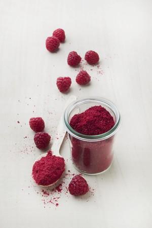 freeze dried: Frambuesa frutas en polvo en un vaso y una cuchara LANG_EVOIMAGES