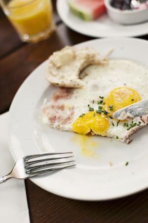 pancetta cubetti: Uovo fritto con pancetta e un rotolo LANG_EVOIMAGES