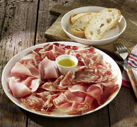 air dried salami: Sausage and ham platter with olive oil and white bread