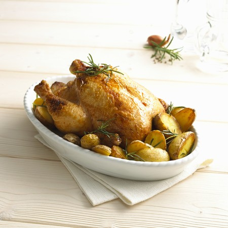 oven potatoes: Rosemary chicken with oven potatoes LANG_EVOIMAGES