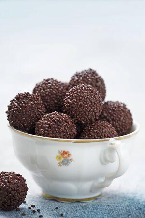 trufas de chocolate: Trufas de chocolate en una taza de porcelana