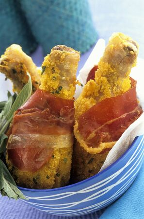 casings: Crispy chicken drumsticks wrapped in bacon LANG_EVOIMAGES
