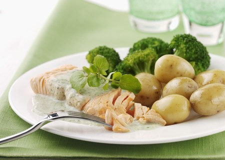 water cress: Salmon fillet with potatoes, watercress and broccoli LANG_EVOIMAGES