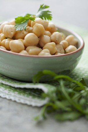 chickpeas: Chickpeas in a bowl with parsley LANG_EVOIMAGES