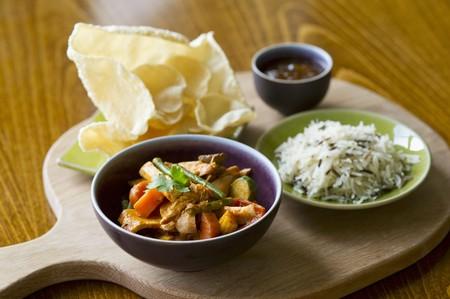 chicken curry: H�hnchencurry mit Reis, poppadoms und Chutney LANG_EVOIMAGES