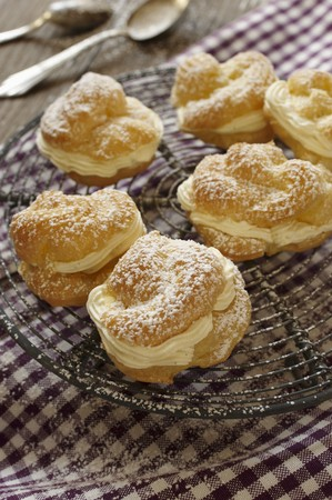 free me: Profiteroles dusted with icing sugar, on a cooling rack LANG_EVOIMAGES
