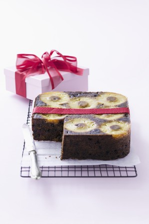 christmassy: Christmassy pineapple cake as a present LANG_EVOIMAGES