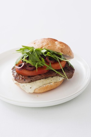 arugola: A burger with rump steak, tomatoes, olives and rocket (Italy) LANG_EVOIMAGES