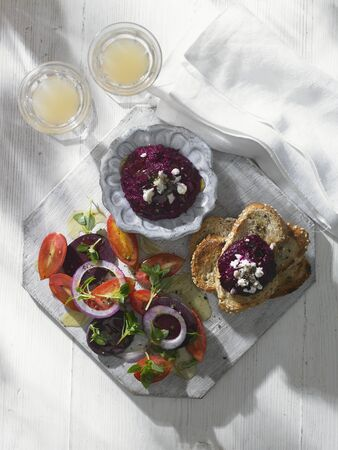ensalada tomate: Beetroot dip with tomato salad and bread
