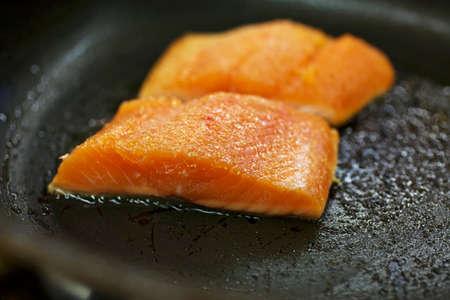 sautee: Trota salmonata che sono fritti in padella