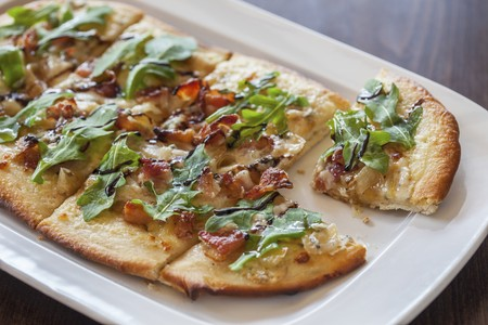 arugola: A pizza topped with bacon, gorgonzola and rocket