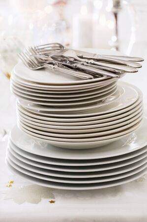 gold table cloth: A large stack of plates LANG_EVOIMAGES