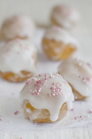 dragees: Doughnuts with sugar glaze and sugar sprinkles LANG_EVOIMAGES