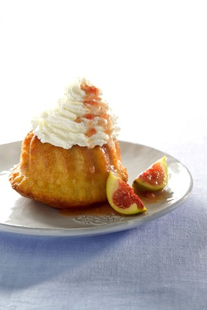 rum baba: Rum baba with cream and figs LANG_EVOIMAGES