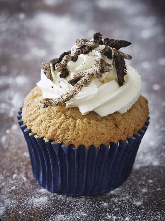 buttercream: A cupcake topped with buttercream and chocolate biscuits LANG_EVOIMAGES