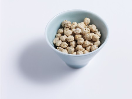 chickpeas: Chick-peas in a dish LANG_EVOIMAGES