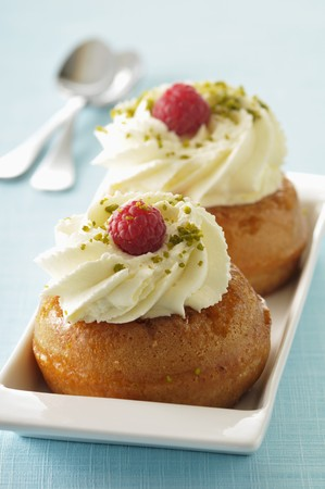 rum baba: Rum baba with whipped cream and raspberries LANG_EVOIMAGES