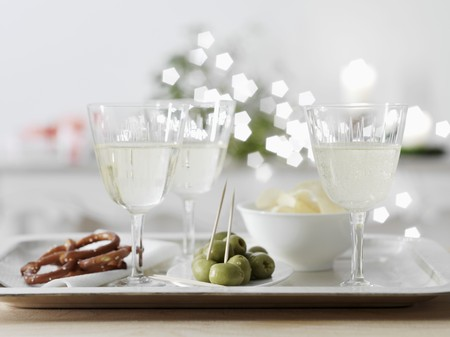 nibbles: White wine spritzer in wine glasses with nibbles