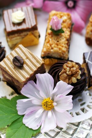 doiley: Petits fours with white cosmos flowers LANG_EVOIMAGES