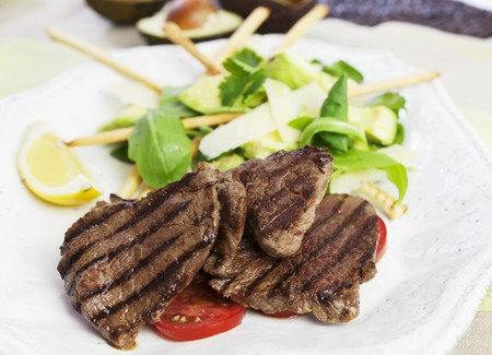 qs: Barbecued beef steaks with avocado salad LANG_EVOIMAGES