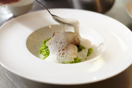 plato de pescado: Salsa espumosa que se vierte sobre un plato de pescado LANG_EVOIMAGES