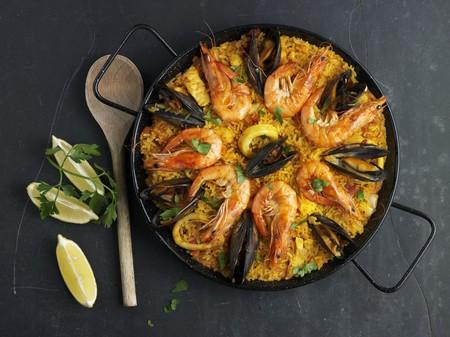 Paella mit Muscheln und Garnelen dekoriert