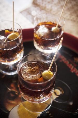 verm�: Vermouth con cubitos de hielo y pinchos de oliva