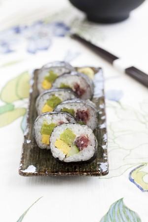 maki sushi: Maki sushi avec omelette, concombre et le thon