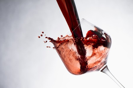 squirted: Wine Splashing into a Glass LANG_EVOIMAGES