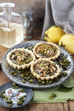pine kernels: Individual quince tarts with pistachios and pine nuts