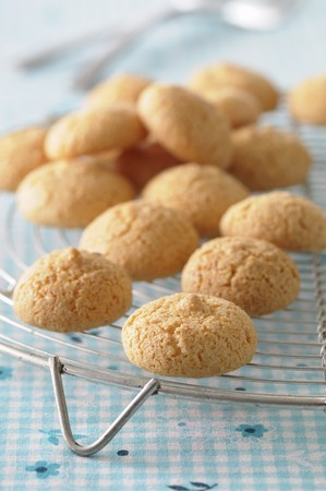 amaretto: Almond macaroons on a cooling rack