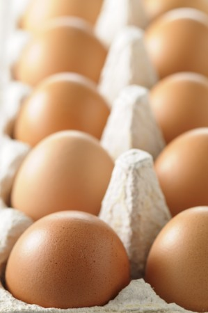brownish: Brown hens eggs in an eggbox (close-up)